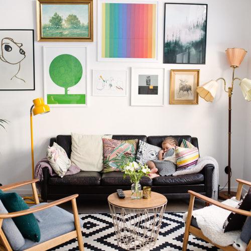 På besök i ett färgglatt och kreativt hem i Nacka