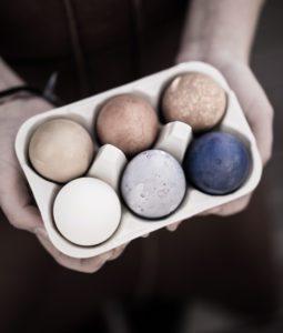 Att färga och tatuera ägg.