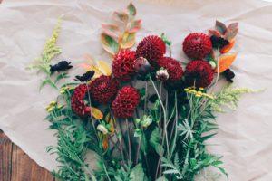 Min fredagsbukett i september med dahlia och höstlöv