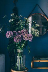 Rotting, mörkblått och en bukett med ogräs i mitt sovrum