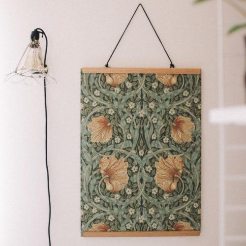 Styling i Aspudden med mörkgröna tapeter, blommiga prints och mässing