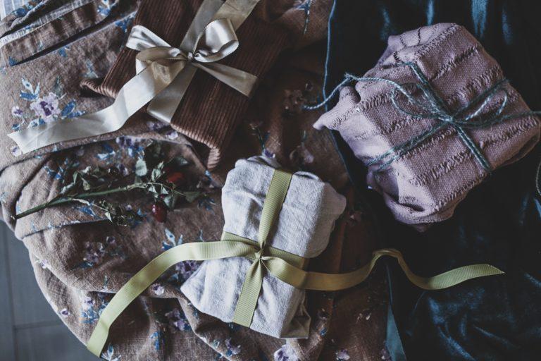 Lovely life slå in julklappar i tyg