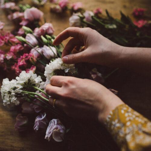Blomsterdekoration med hortensia och tistel