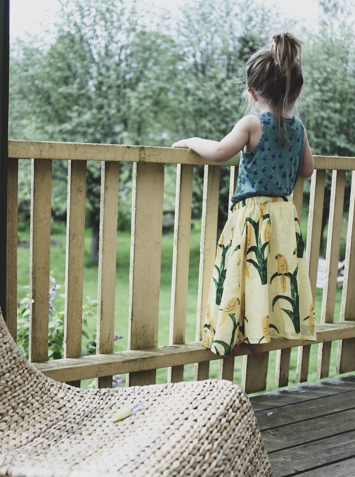 Ett barn i trädgården