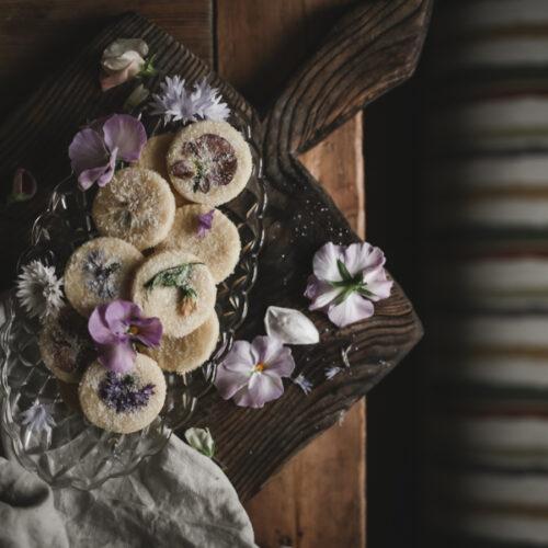 Somriga småkakor med ätbara blommor
