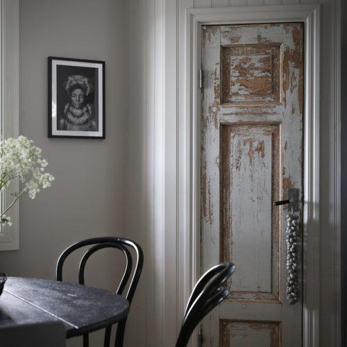 Platsbyggt skafferi med gammal dörr