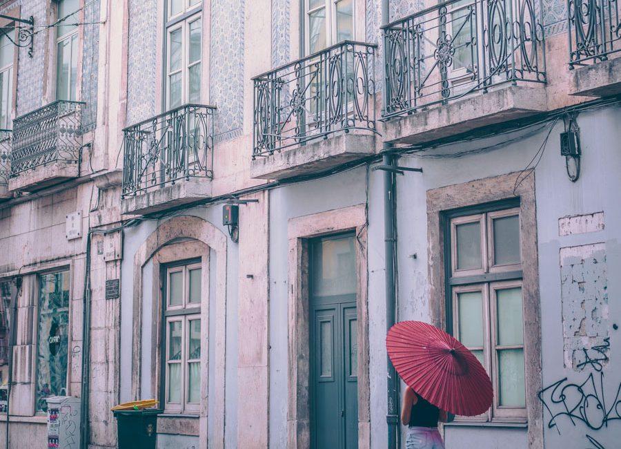 Lissabon, vintageparasoller och färgglada promenader.