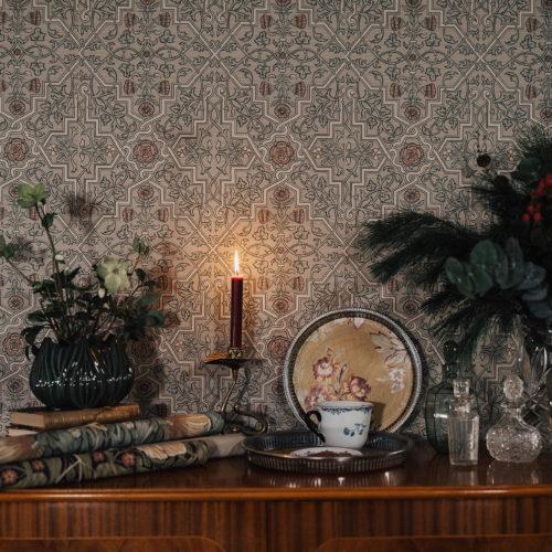 DIY med Linda & Louise; Gör en tjusig julklapp av en vintagebricka och tapetstuvar