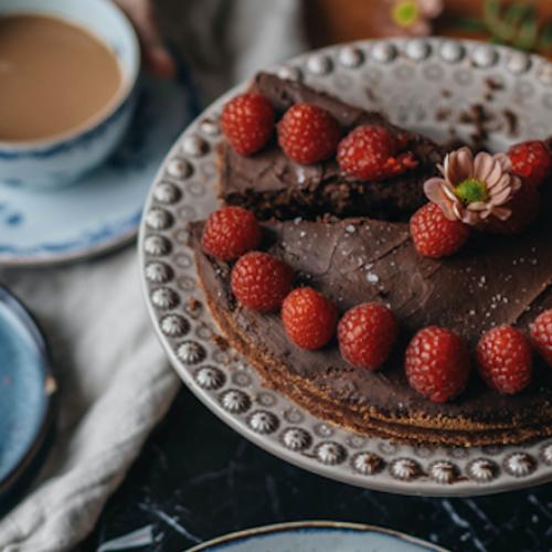 Chokladkaka med chokladkräm och bär