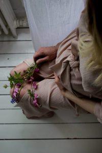 En annan maj. Bland blommor och hår.