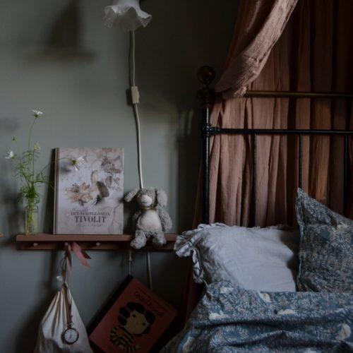 Ett flickrum fullt av loppisfynd och DIYs.