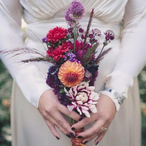 Höstbröllop med äpplen, de sista vilda blommorna och kärlek