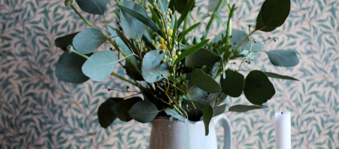 bukett med eucalyptus och mimosa