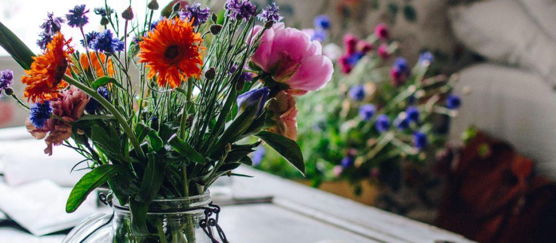 plathuset_gotland_borastapeter_emma_sundh_tapetfest_torp_tapet_carnation_garden2