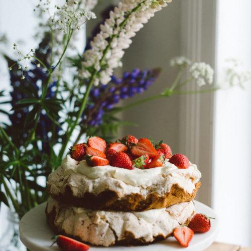 Från arkivet: Midsommartårta med maräng och jordgubb