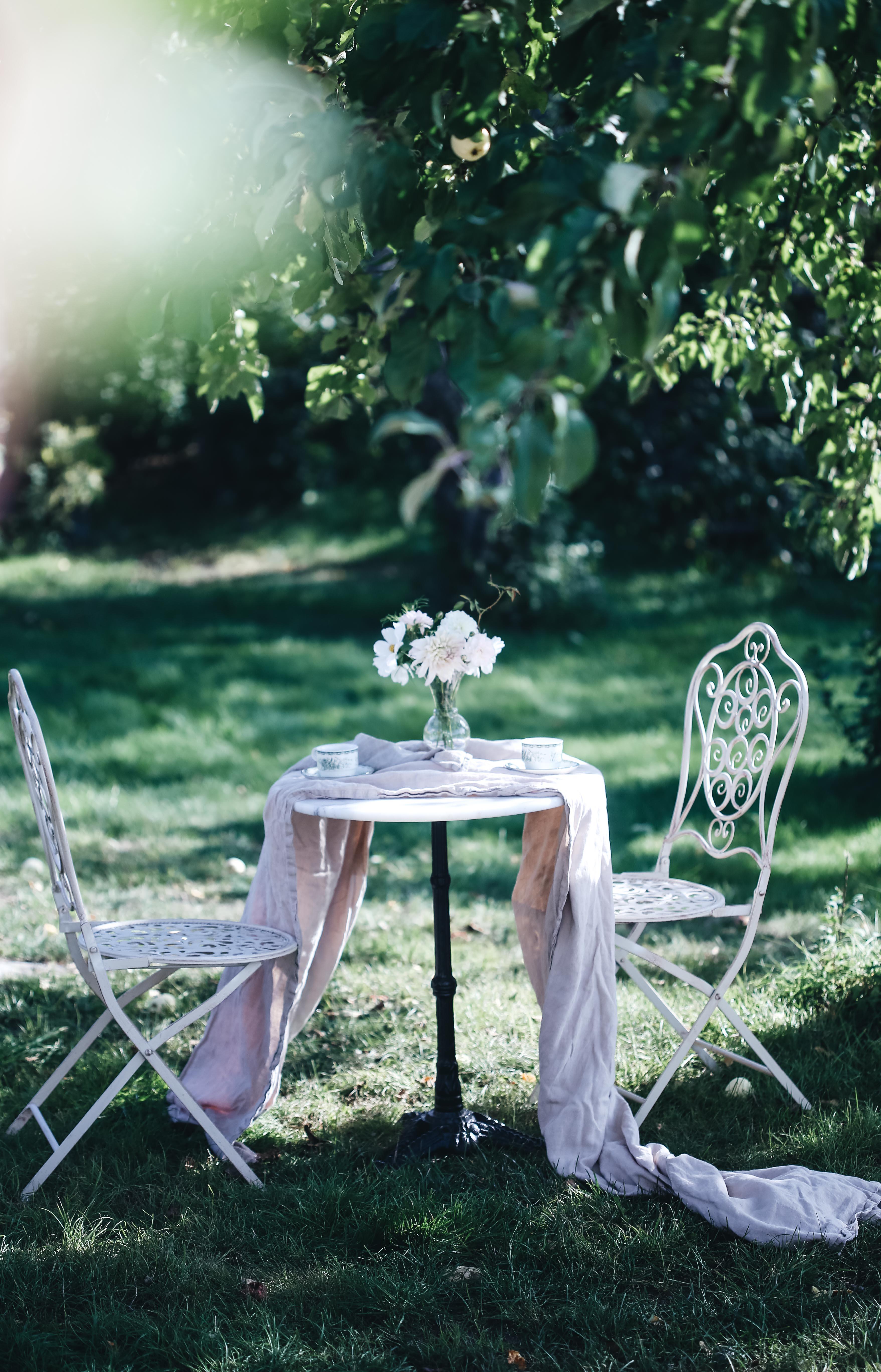 Småblommigt och en kaffe i trädgården