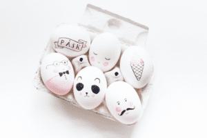 Klart att äggen ska ha mustasch, glasögon och rosiga kinder