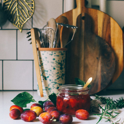 Recept på plommonsylt med rosmarin och kanel