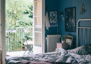 Vårt sovrum med blå väggar