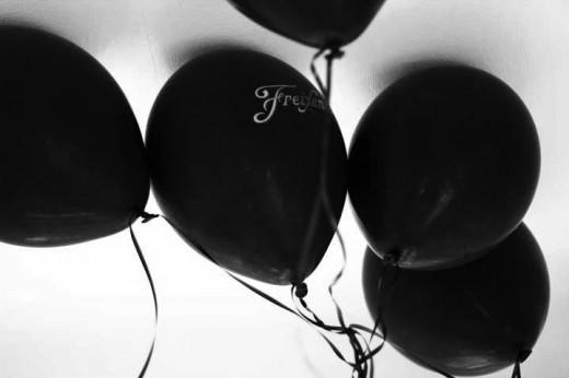 black balloons, nyår, nyårsfest, inspiration nyår, inspiration nyårsfest, guld och vitt, tema guld och vitt, diy drinkpinnar, honeycombs, gör egna drinkpinnar, bellini, volang, volang fest, temafest nyår