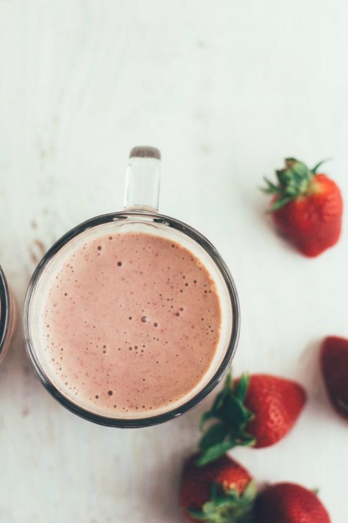 smoothie med jordgubbar och basilika