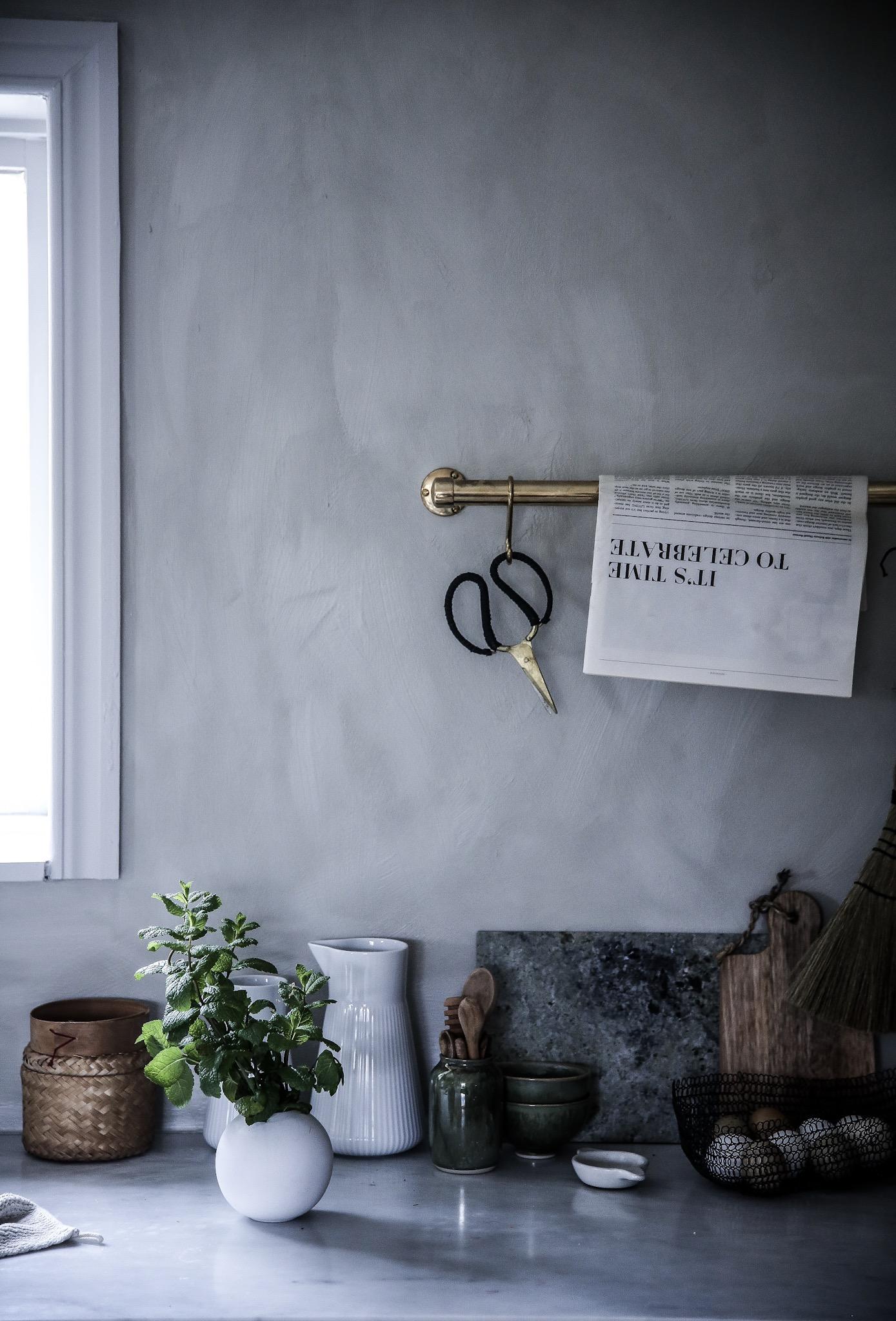 I vårt kök har vi målat med Kalkfärg från Jotun i kulören Smooth white.  Viktigt att tänka på när det gäller Kalkfärg är att det är en ganska  känslig färg ... 2b5d5b178016c