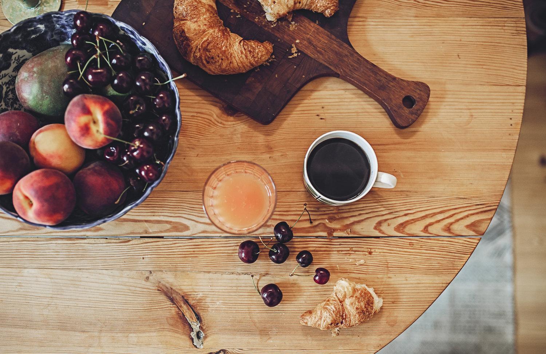 frukost med kaffe och croissant vintage