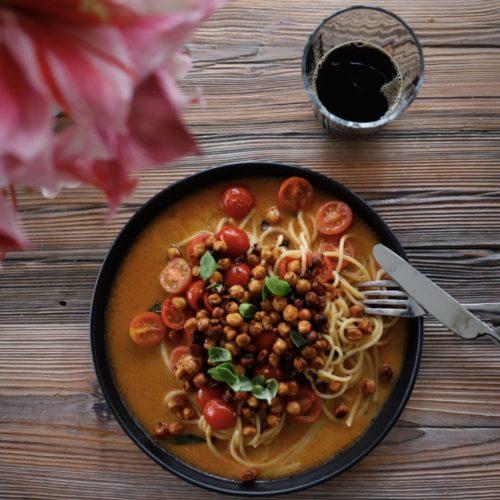 Kokospasta med rostade kikärtor och ljummen tomatsallad