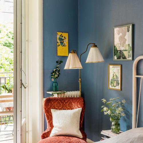 Blå väggar i vårt sovrum