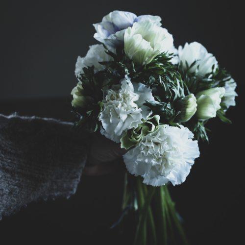 Vårbukett – Anemoner och Nejlikor