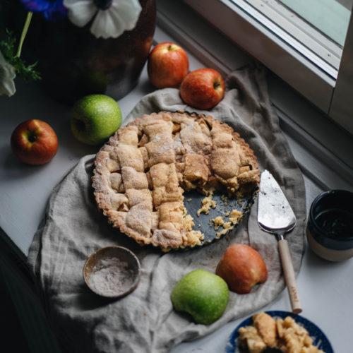 Äppelpaj med flätat lock