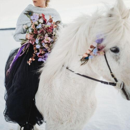 Stylat bröllop i vinterlandskap med svart tyllkjol