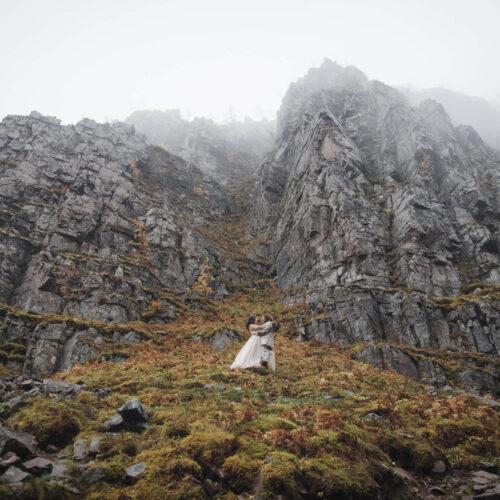 Äventyrligt elopement vid vattenfall i Dalarna