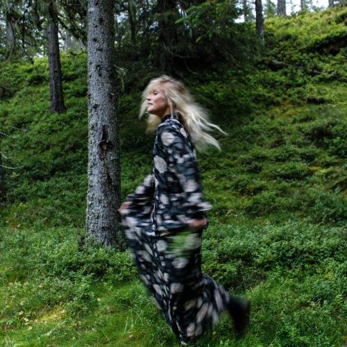 I barrskogen med vackra Elin Lannsjö.