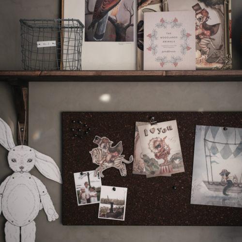 Platsbyggt skrivbord i barnrummet