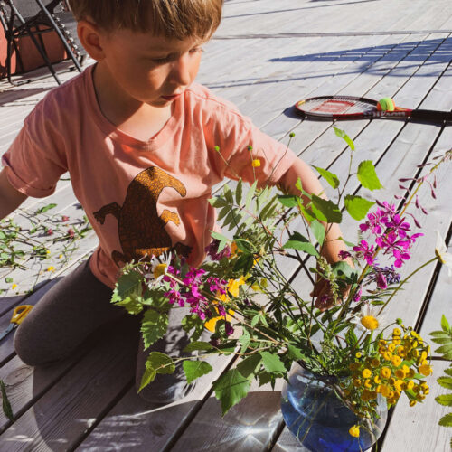 Sixten 5 år skapar blomsterarrangemang från trädgården