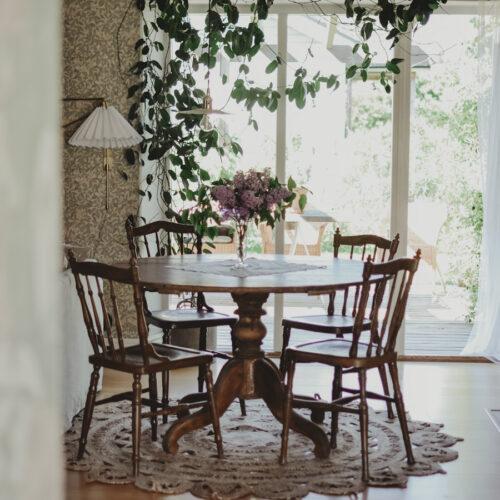 Knepiga möbleringar och köksbord i vardagsrum