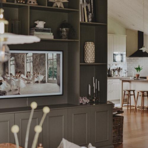 Vår nya platsbyggda bokhylla/tv-bänk