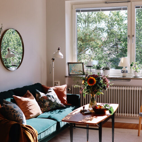 Höstens första homestyling i Stockholm med blommiga tapeter, solrosor och höstsol